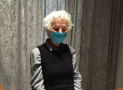 Luis Stabauer mit Maske Brüchige Zeiten read!!ing room
